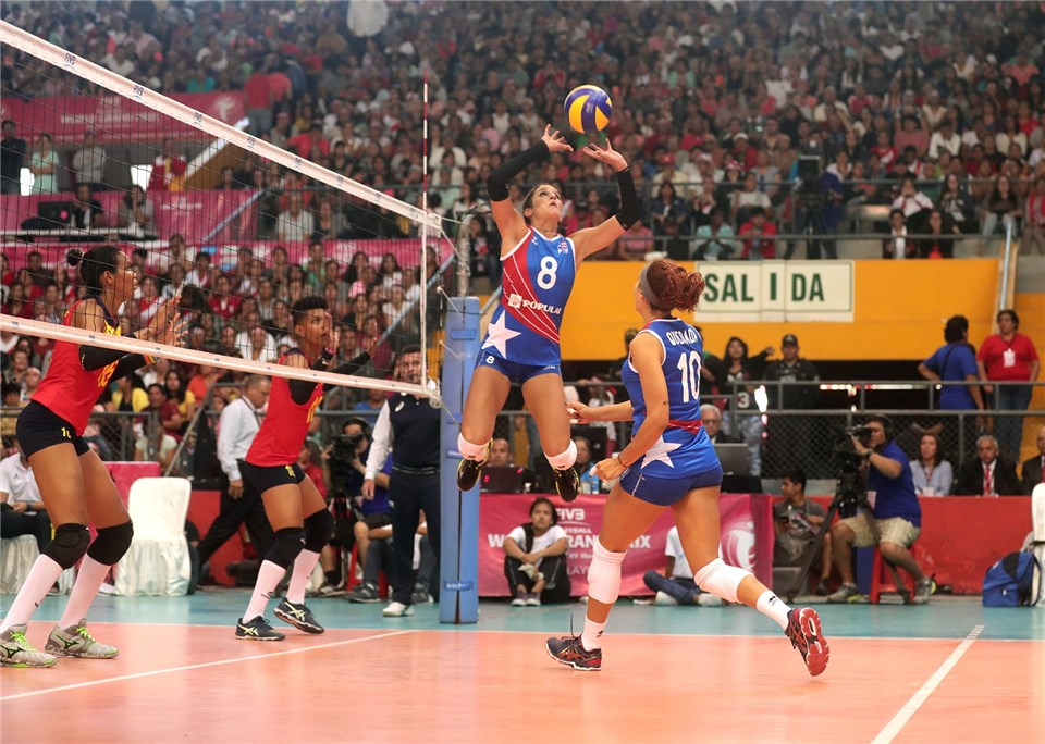 Former Washington Husky Setter Jennifer Nogueras Signs In Poland